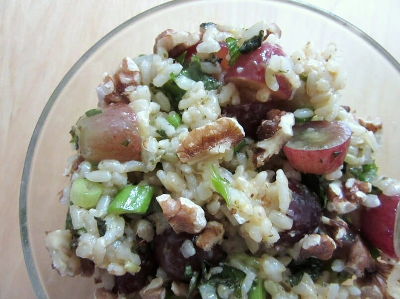 This herby rice with grapes and pecans is the perfect side dish, filled with crunchy and juicy ingredients. #herbs #rice #grapes #pecans