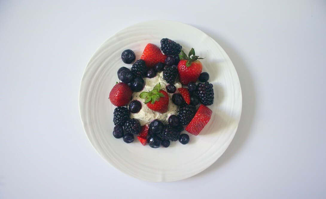 Use whatever summer fruit you want for this summer berries and earl grey cream dessert! #berries #earlgreytea #whippedcream