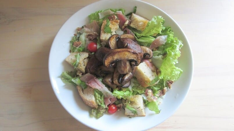 If you, like me, love combining raw and cooked vegetables in your salad, you'll love this seared mushroom salad! #mushrooms #salad #croutons #prosciutto