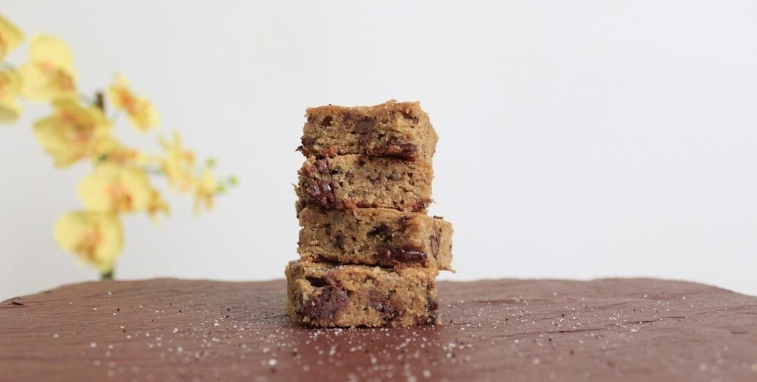 These chewy espresso blondies are dense and full of caramel/butterscotch flavor, exactly how a blondie should be. #espresso #chocolate #blondies #dessert