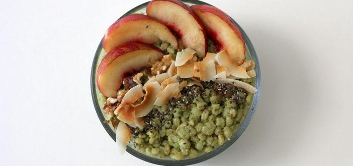 This matcha coconut breakfast bowl has a base of filling matcha-tinted barley. #matcha #coconut #breakfast #vegan #barley