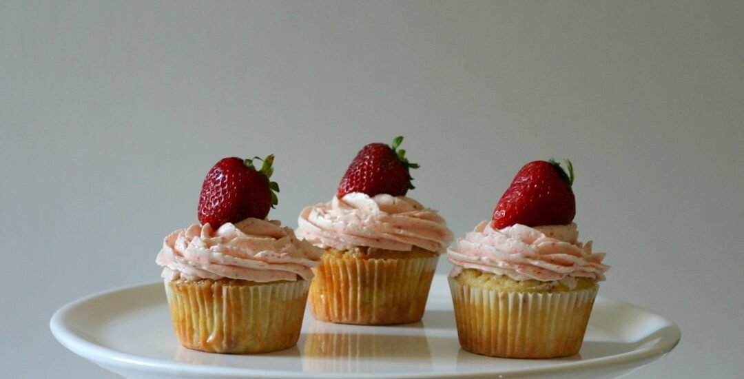 These caramelized white chocolate cupcakes with strawberry buttercream can be topped with fresh strawberries! #strawberry #whitechocolate #caramelizedwhitechocolate #cupcakes