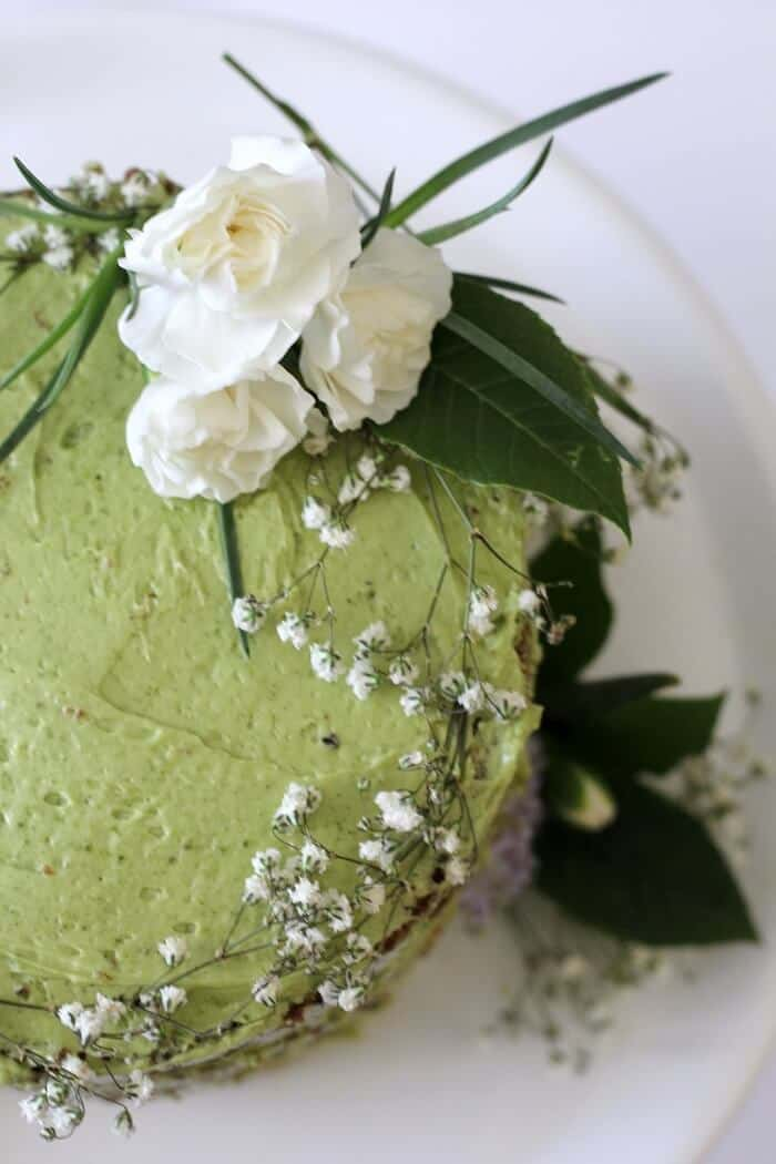 Decorate this jasmine green tea cake with raspberry jam with all the carnations, rosemary, baby's breath and leaves that you want! #jasminetea #matcha #cake #raspberryjam
