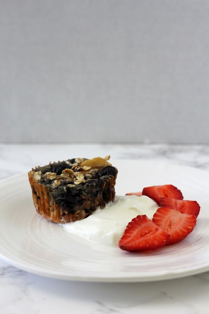 Baking this healthy baked oatmeal with apples and blueberries in muffin cups makes it super easy to portion out your breakfast, so you don't have to do it when you're groggy and cranky and late for work. #bakedoatmeal #apples #blueberries #breakfast