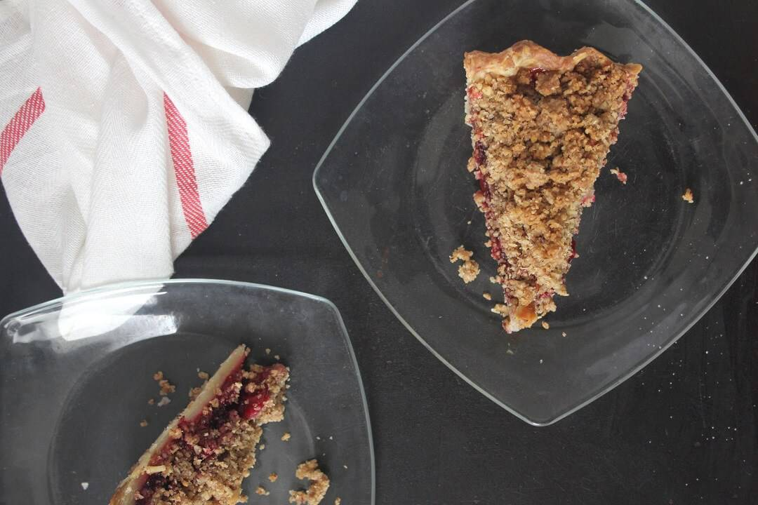 Cranberry sauce or gravy? If you're the former, then this cranberry sauce pie with pecan streusel is perfect for Thanksgiving. #cranberries #cranberrysauce #pecans #pie #thanksgiving #thanksgivingdessert