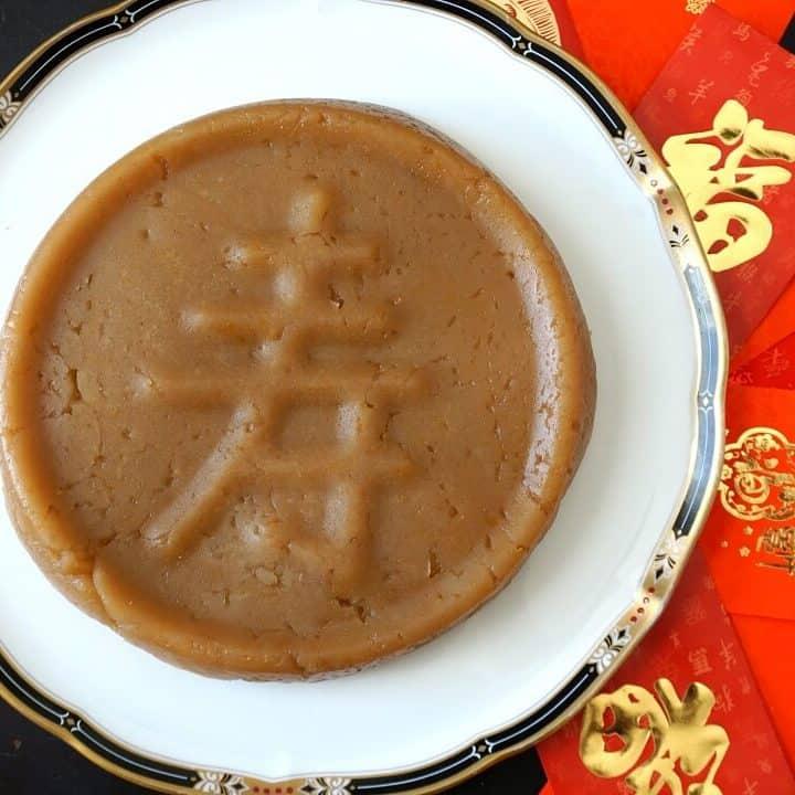 Happy Chinese New Year! Celebrate with nian gao, a chewy sweet rice cake dessert. #chinesenewyear #niangao #ricecake #chinesefood