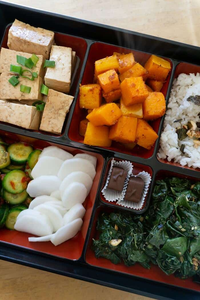 This bento box with all the different kinds of veggies is downright Lemonade or sweetgreen (some of my favorite salad chains) worthy. #bentobox #lunchideas #vegetarian