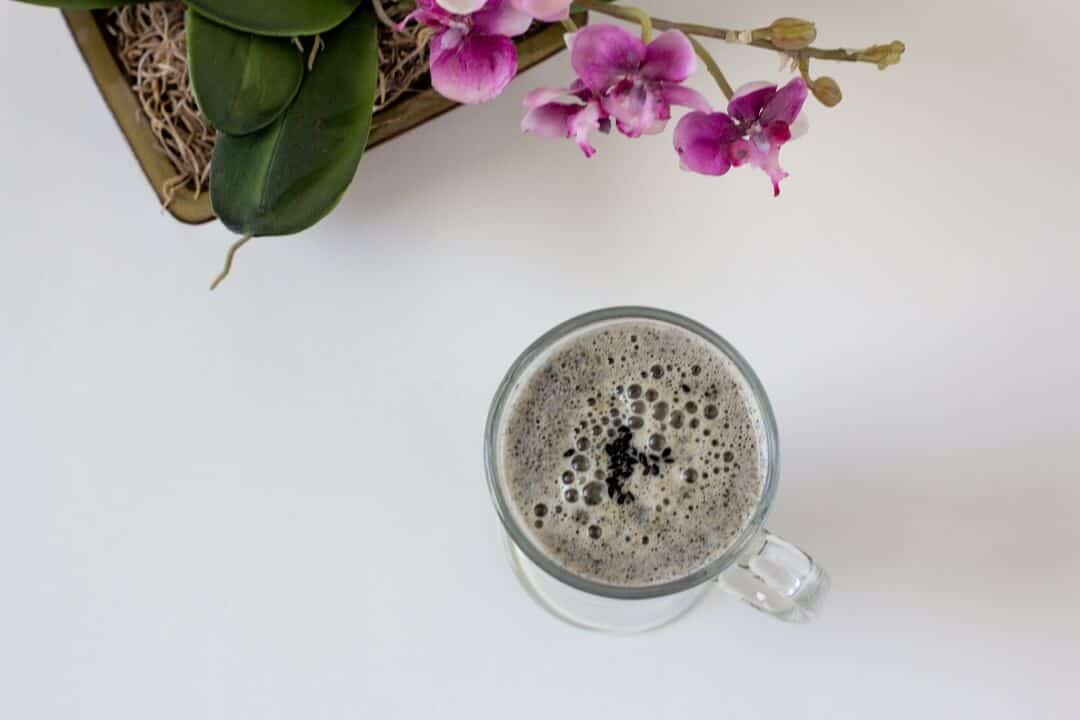 Some milk foam and black sesame seeds adds a touch of pizzazz to the top of this black sesame latte, but it's tasty even without the extra adornments! #sesameseeds #latte #decaf #drinks